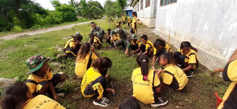 FOTO : Satgas Yonif R 142/KJ Ajak Pelajar SD Perbatasan Indonesia Bersihkan Lingkungan Sekolah, Minggu (01/03/20)