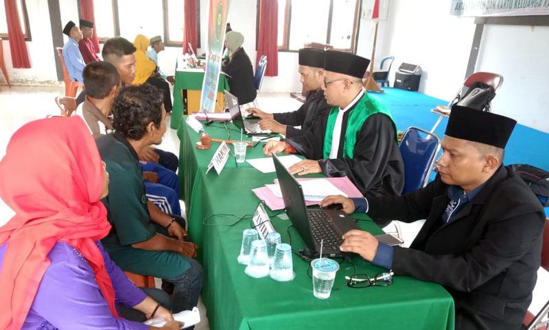 FOTO : Ketua Pengadilan Agama Kuala Tungkal Drs. Imam Masduqi dan Wakil Ketua PA Zakaria Ansori Memimping Uacara Sidang Isbat Nikah dilangsungkan di Aula Kantor Camat Senyerang, Kamis (12/03/20).