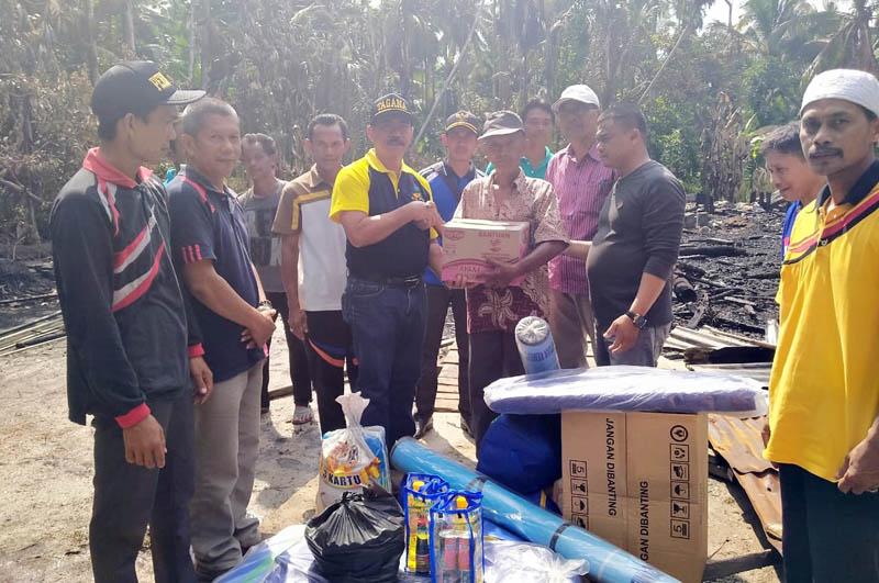 FOTO : Kepala Dinas Sosial Drs. Sarifudin, MM Menyerahkan Bantuan Kepada Korban Musibah Kebakaran di RT 03 Desa Sungai Landak, Kecamatan Senyerang, Jumat (13/03/20).