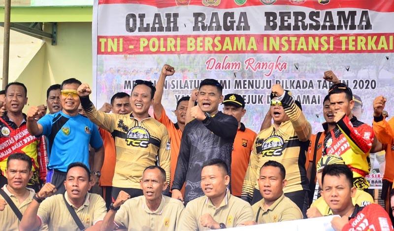 FOTO : Pengucapan Deklarasi Pilkada Damai Polres Tanjab Barat dan Kodim 0419/Tanjab Usai Olahraga bersamadiStadion Bhakti KaryaPersitaj Kuala Tungkal, Jumat (13/03/20)
