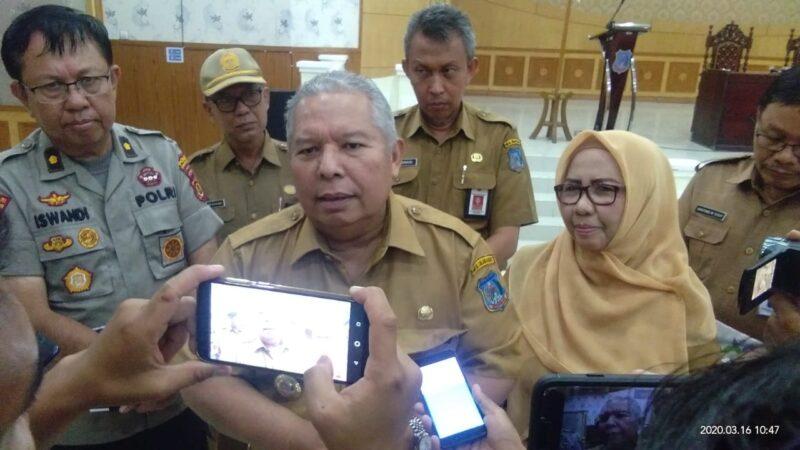 FOTO : Bupati Tanjab Barat Dr. H. Safrial Memberikan Keterangan Pers Kepada Wartawan usai Memimpin Rapat Lenanganan dan Penanggulangan Covid-19 di Gedung Balai Pertemuan, Senin (16/03/20)