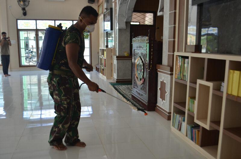 FOTO : Kegiatan Penyemprotan Makorem 042 Gapu Jambi, Senin (16/03/20).