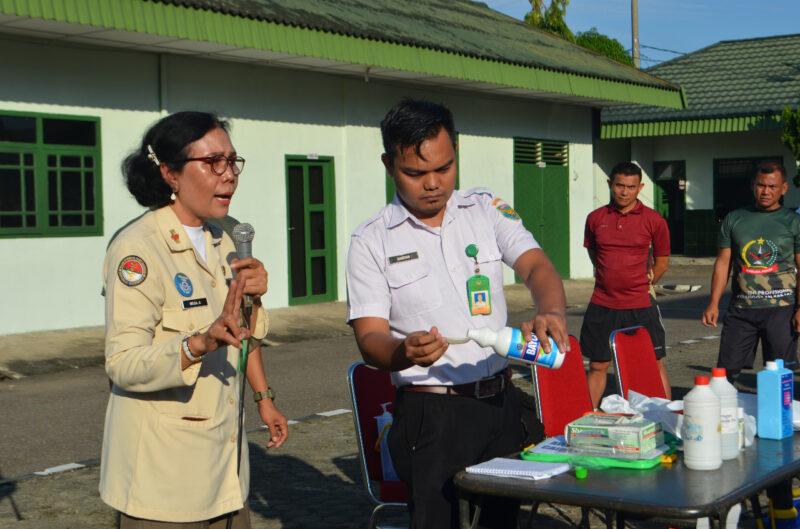 FOTO : Kegiatan Praktik Pembuatan Cairan Disinfektan di Makorem 042 Gapu Jambi, Senin (16/03/20).