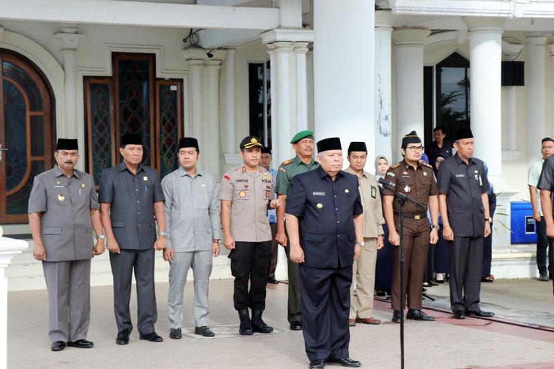 FOTO : Bupati Tanjung Jabung Barat Dr. H. Safrial Saat Memimpin Upacar Gabungan TNI, Polri, dan Aparatur Sipil Negara (ASN) di Halaman Kantor Bupati, Selasa (17/03/20)