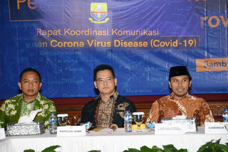FOTO : Kasrem 042/ Gapu Letkol Arh Harry Sassono Utomo (kiri) Saat Rapat Koordinasi Komunikasi Siaga Darurat Virus Corona (Covid-19) di di Rumah Dinas Gubernur Jambi, Selasa malam (17/03/20).