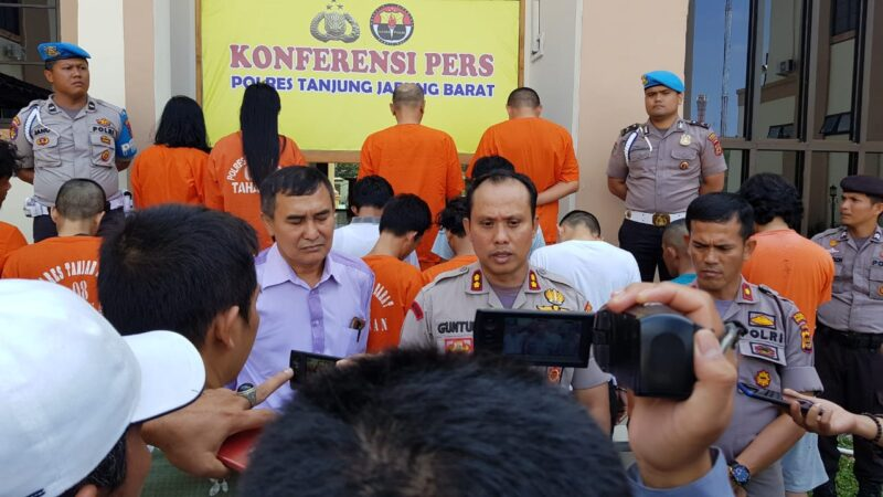 FOTO : Kapolres Tanjung Jabung Barat AKBP Guntur Saputro, SIK, MH Memimpin Pres Rilis Kasus Ops Antik di Mapolres, Rabu (18/33/20).