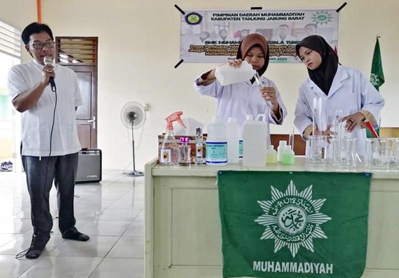 FOTO : Siswa SMK Muhammadiyah Kuala Tungkal Saat Membuat Hand Sanitaze, Jum'at (20/03/20).