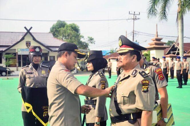 FOTO : Kapolres Tanjung Jabung Barat AKBP Guntur Saputro, SIK, MH Memimpin Memasang Tanda Jabatan Kepada Kabag Ren Polres Tanjabbar yang Baru, Senin (24/03/20).