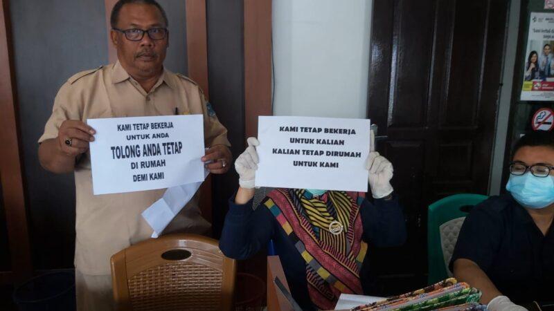 FOTO : Petugas Kantor Dinas Dinas Kependudukan dan Catatan Sipil (Dukcapil) Kabupaten Tabjung Jabung Barat