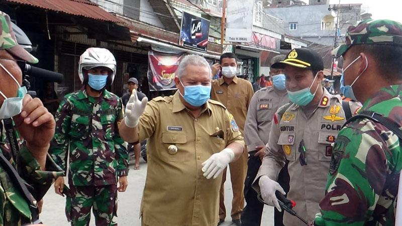 FOTO : Terlihat Bupati H. Safrial bersama Kapolres, dan Dandim 0419 Tanjab Melakukan Penyemprotan Disinfektan di sejumlah Lokasi Kota Kuala Tungkal, Selasa (24/03/20)
