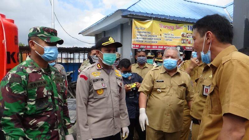 FOTO : Kapolres Tanjab Barat AKBP Guntur Saputro, SIK, MH, Dandim 0419 Tanjab dan Bupati Tanjab Barat Dr. H. Safrial pada Penyemptotan Disinfectsnt Kemarin, Selasa (34/03/20)