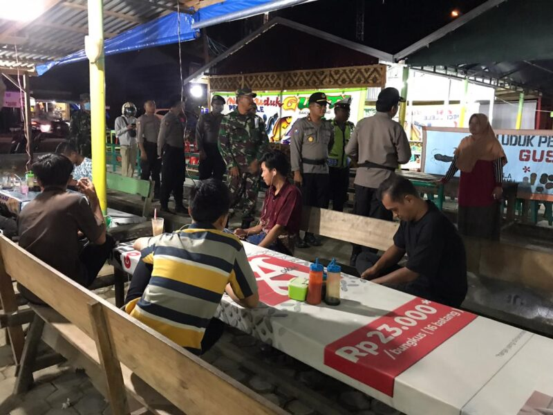 FOTO : Puluhan TNI - Polri di Kota Kuala Tungkal turun ke warkop dan tempat umum menghimbau warga setempat untuk mengurangi aktufitas berkumpul dan berkeluyuran, Selasa (24/03/20).