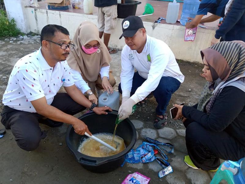 FOTO : Pramuka Saka Bhakti Husana Tanjung Jabung Barat Saat Melakukan Pembuatan Cairan Desinfektan di Samping Kantor Dinas Kesehatan, Rabu (25/03/20).