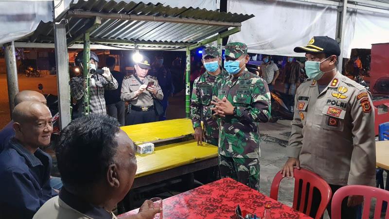 FOTO : Dandim 0419/Tanjab Letkol Inf Erwan Susanto, S.IP dan Kapolres AKBP Guntur Saputro, SIK, MH Memberikan Himbauan Kepada Warga yang masih nongkrong di Warkop Simpang Misno, Rabu (24/03/20).
