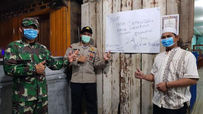 FOTO : Kapolres Tanjab Barat AKBP Guntur Saputro, SIK, MH, Dandim 0419/Tanjab Letkol Inf Erwan Susanto, SIP dan M. Saleh Pemilik Warkop WKS, Rabu (25/03/20)