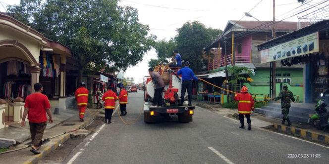 FOTO : Petugas Dinas Pemadam Kebakaran dan Penyelamatan Kabupaten Tanjung Jabung Barat Melakukan Penyemprotan Fisinfektan, Kamis (26/03/20)