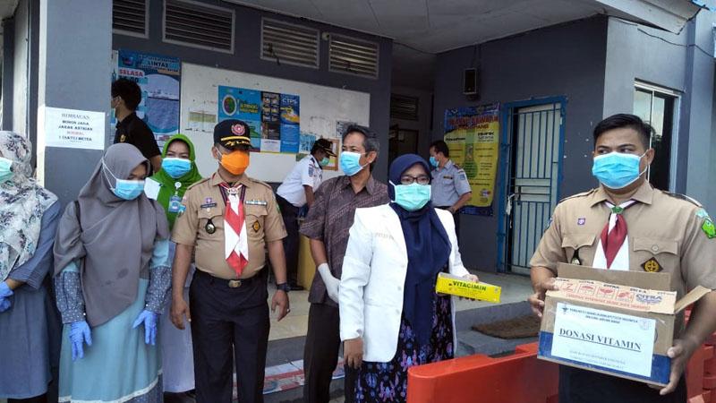 FOTO : Kegiatan Saka Bakti Husada Cabang Tanjung Jabung Barat, Ikatan Apoteker Indonesia (IPI) Dinas Kesehatan Saat Melaksanakan Kegiatan Pembangian Vitamin C Gratis, Kamis (26/03/20).