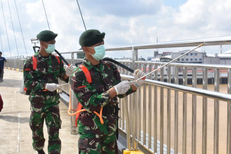 FOTO Komandan Korem 042/Gapu Kolonel Arh Elphis Rudy, M.Sc, S.S Memimpin Penyemprotan di beberapa fasilitas umum dan Perkantoran hari ini Kamis (26/03/20).