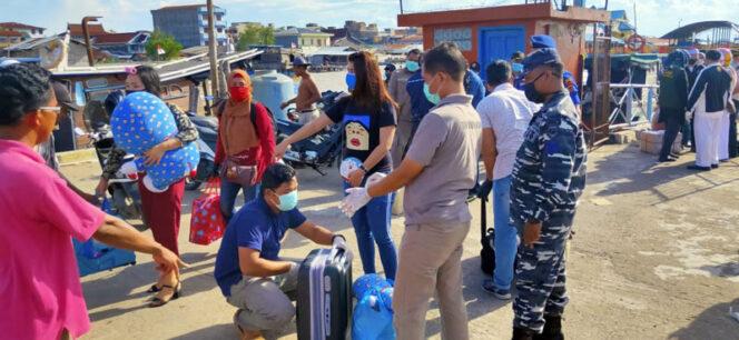 FOTO : Personil Gabungan TNI-Polri, KKP, KPLP, Syahbandar dan Dinas Kesehatan Melakukan Pemeriksaan Terhadap Penumpang Speed boat SUN RICKO 88 dari Batam di Pelabuahan LLASDP Kuala Tungkal, Kamis (26/03/20)