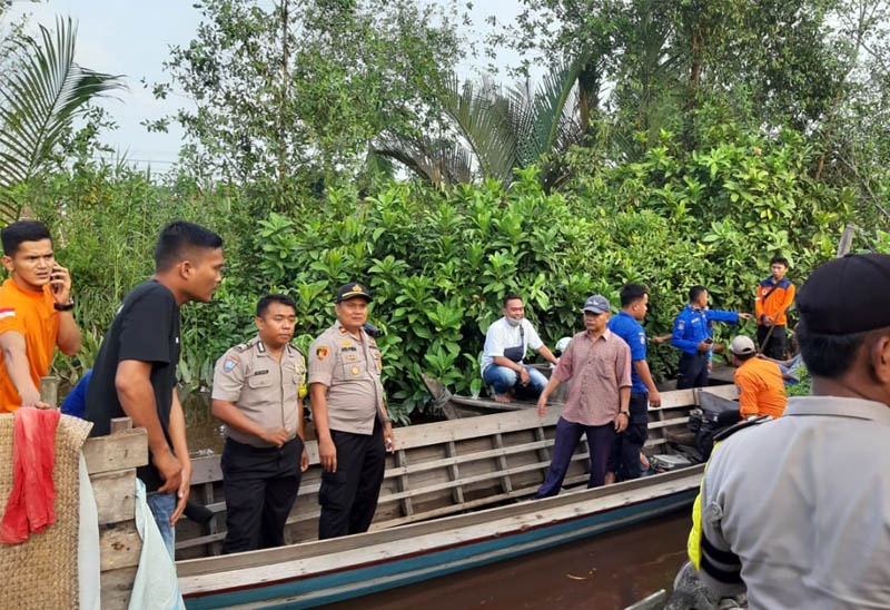 FOTO : Tampak Kapolsek Tungkal Ilir, IPTU Agus Purba, SH, MH Bersama Tim Gabungan melakukan Pencarian Korban di aliran parit 7 Sungai Bram Itam, Jumat Jumat (27/03/20).