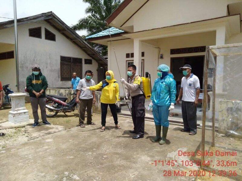 FOTO : Kegiatan Penyemprotan Disinfectat Di Desa Suka Damai Kecamatan Tebing Tinggi, Sabtu (28/03/20).