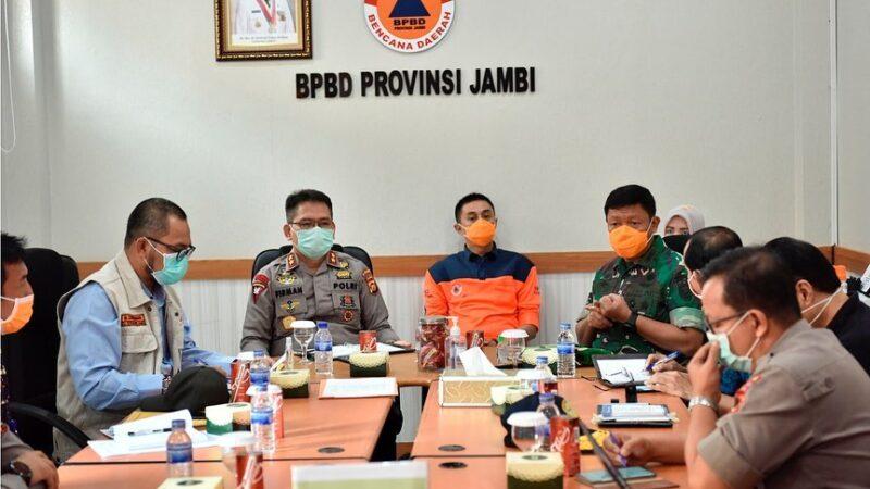 FOTO : Tim Gugus Tugas Tugas Penanganan Covid-19 Provinsi Jambi Rapat di Posko Gugus Tugas Kantor BPBD Provinsi Jambi, Sabtu (28/03/20).