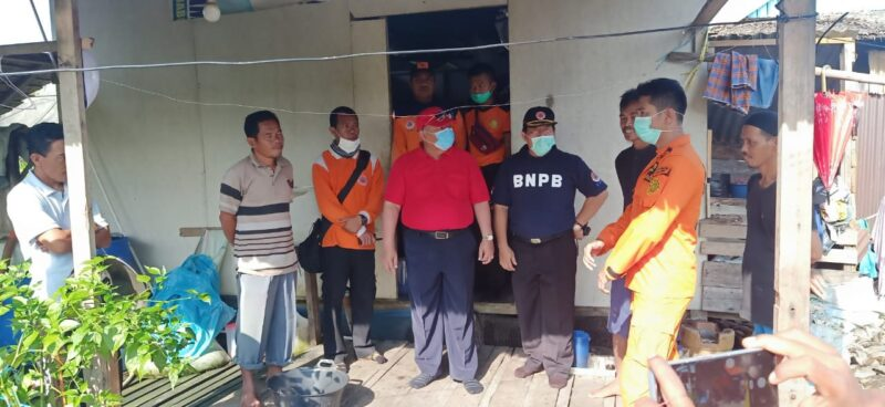 FOTO : Bupati Tanjung Jabung Barat Dr. IH. Safrial tinjau langsung lokasi pencarian korban tenggelam di Sungai Saren Kelurahan Bram Itam Kiri Kecamatan Bram Itam. Minggu (29/03/20).