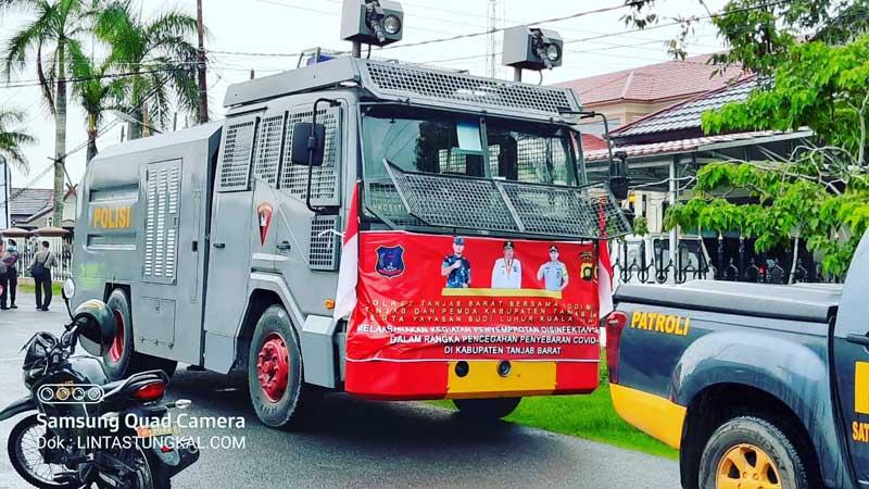 FOTO : Mobil Water Cannon (AWC) yang Digunakan Dalam Aksi Penyemprotan 15.000 Liter Disinfektan Disemprotkan di Kota Kuala Tungkal, Selasa (31/03/20).