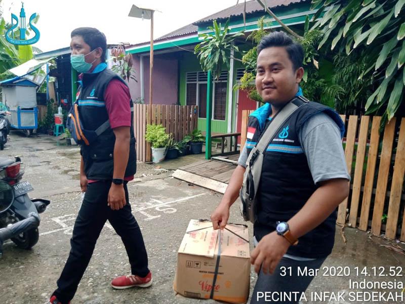 FOTO : Anggota PIS Saat Melakukan Bakti Sosial Membagina Sembako Kepada Warga, Selasa (31/03/20)