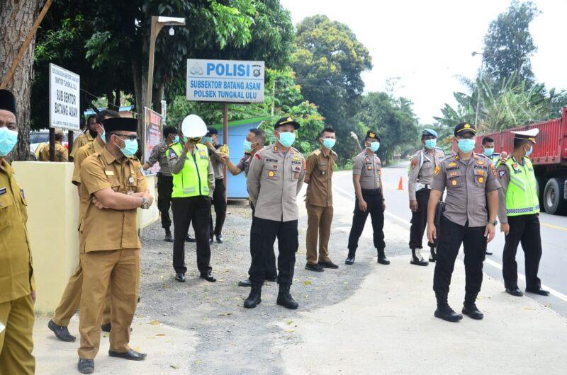 FOTO : Pelaksanaan Pemeriksaan Orang dan Kendaraan Oleh Petugas Pos Terpadu Sterilisasi COVID-19 di KM 167 Wilayah Hukum Subsektor Batang Asam Polsek Tungkal Ulu Polres Tanjab Barat.