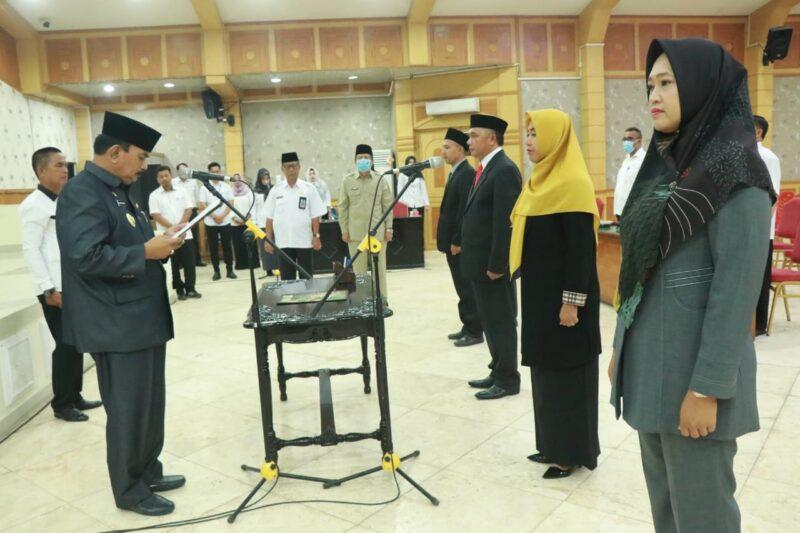 FOTO : Wabup Drs. H. Amir Sakib Saat Melantik dan Mengambil Sumpah Jabatan Pejabat yang Dilantik di Balai Pertrmuan Kantor Bupati, Rabu (01/04/20).