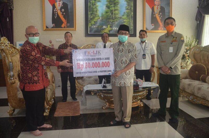 FOTO : Penyerahan Bantuan Berlangsung di Rumah Dinas Wakil Gubernur Jambi, Telanaipura, Selasa (31/03/20)