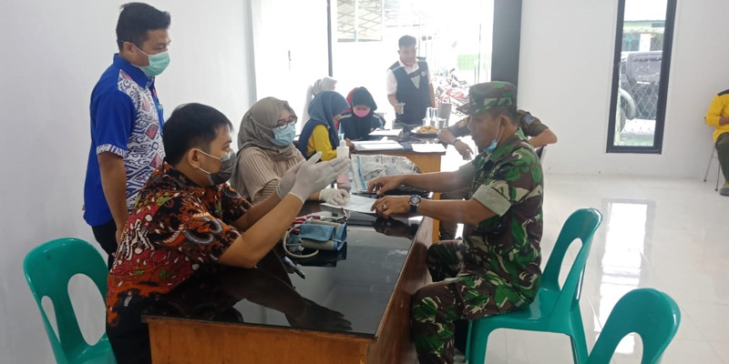 FOTO : Pelaksanaan Baksi Sosial Donor Darah di Aula Makodim 0419/Tanjab, Rabu (01/04/20)