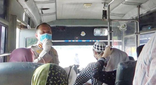 FOTO : Kapolres Tanjab Barat AKBP Guntur Saputro, SIK, MH Saat Memberikan Himbauan di Dalam Mobil Pemulangan Santri di BLK Betara, Ssbtu (04/04/20)