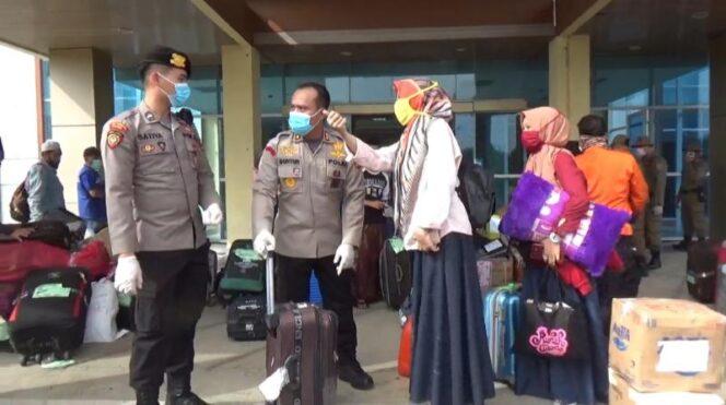 FOTO : Kapolres Tanjab Barat AKBP Guntur Saputro, SIK, MH Saat Melakukan Pemantauan Pemulangan Santri di BLK Betara, Ssbtu (04/04/20)