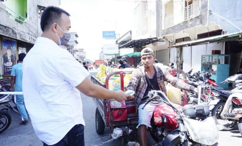 FOTO : Kegiatan DPD II KNPI bersama Special Preneur Tanjab Barat Membagikan Masker Kain Gratis Kepada Masyarakat, Minggu, (05/04/20).