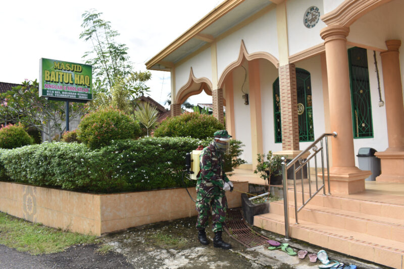 FOTO : Personel Korem 042/Gapu Melaksanakan Penyemprotan Disinfektan di Fasilitas Umum yang ada di Kota Jambi, Senin (06/04/20)
