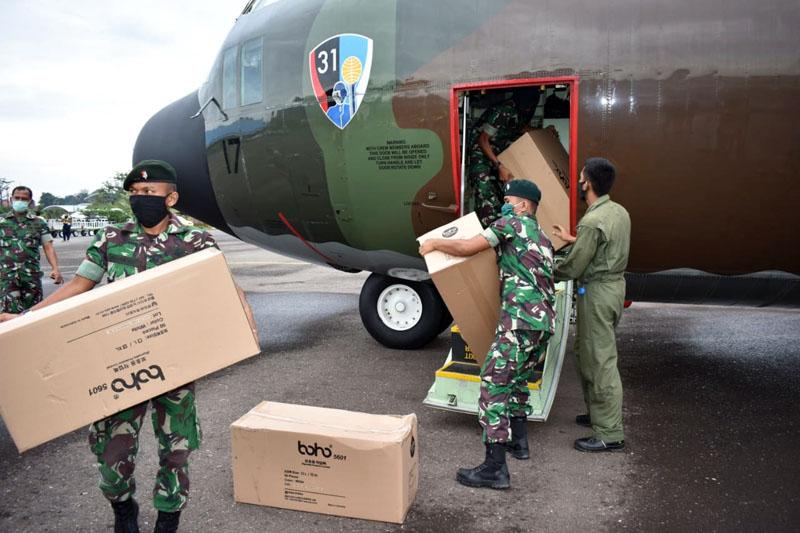 FOTO : Annggota Korem 042/Gapu Membongkar APD dari Pesawat C-130 Hercules A-1317 TNI AU di Parkiran Terminal Cargo Bandara Sultan Thaha Jambi, Selasa (07/04/20)