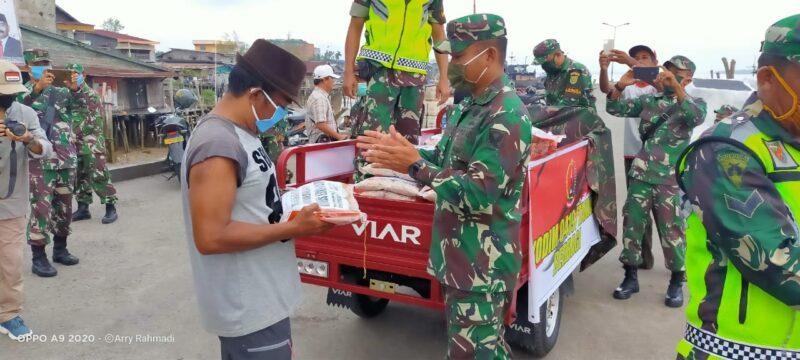 FOTO : Dadim 0419/Tanjab Letkol Inf. Erwan Susanto, SIP didampingi istri Ny. Dewi Erwan Membagikan Sembako Kepada Warga di Kota Kuala Tungkal, Jumat (10/04/20)