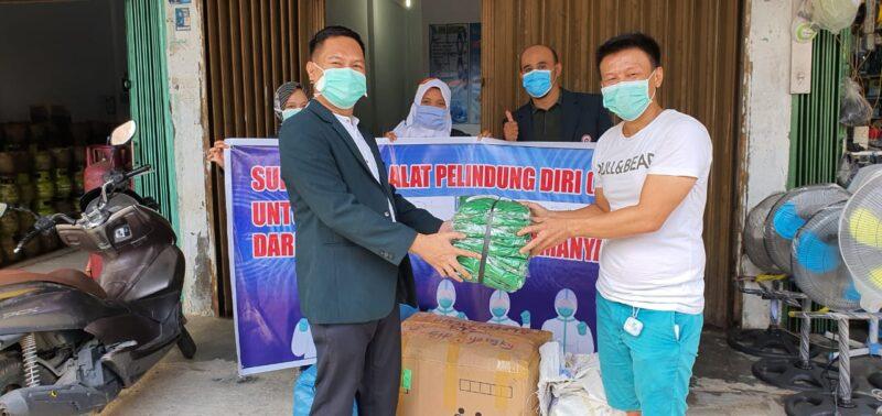 FOTO : Hadi Tan, Direktur PT Bintang Selamanya Menyerahkan 200 APD Kepada Perwakilan Ikatan Dokter Indonesia (IDI) Kabupaten Tanjab Barat, Jumat (10/04/20)