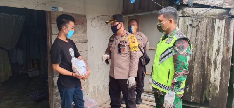 FOTO : Kapolres AKBP Guntur Saputro, SIK, MH dan Jajaran Saat Sambangi Kediaman Salah Satu Warga Binaan Bebas Asimilssi di Kuala Tungkak, Sabtu (11/04/20).
