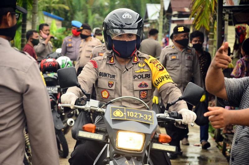 FOTO : Kapolres Tanjabbar AKBP Guntur Saputro bersama Dandim 0419 Tanjab Letkol Inf Erwan Susanto Pada Acara Kegiatan Pembagian Sembako Kepada Warga, Sabtu (11/04/20).