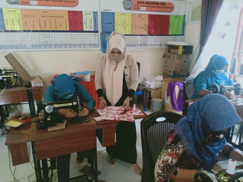 FOTO : Pembutan Masker Oleh TP PKK Desa Suka Damai Dipimpin Ibu Siti Koniah di Kantor Desa, Jumat (10/04/20)
