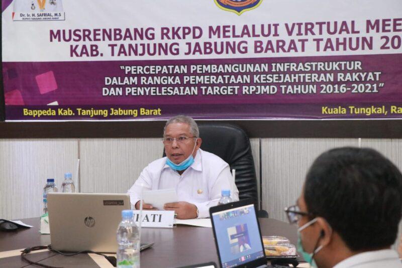 FOTO : Bupati Tanjab Barat, Dr. H. Safrial Memimpin Musrenbang RKPD Tahun 2021 Melalui Video Conference (Vidcon), Rabu (15/04/20).