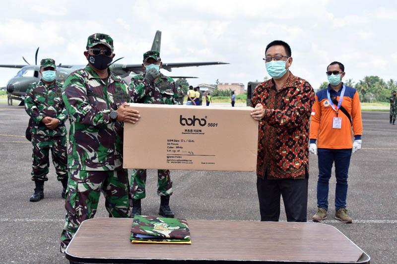 FOTO : Kasrem 042/Garuda Putih Letkol Arh Hary Sassono Utomo, SH Menyerahkan APD Kepada Dinas Kesehatan Provinsi Jambi di Bandara STS Jambi, Sabtu (18/04/20).