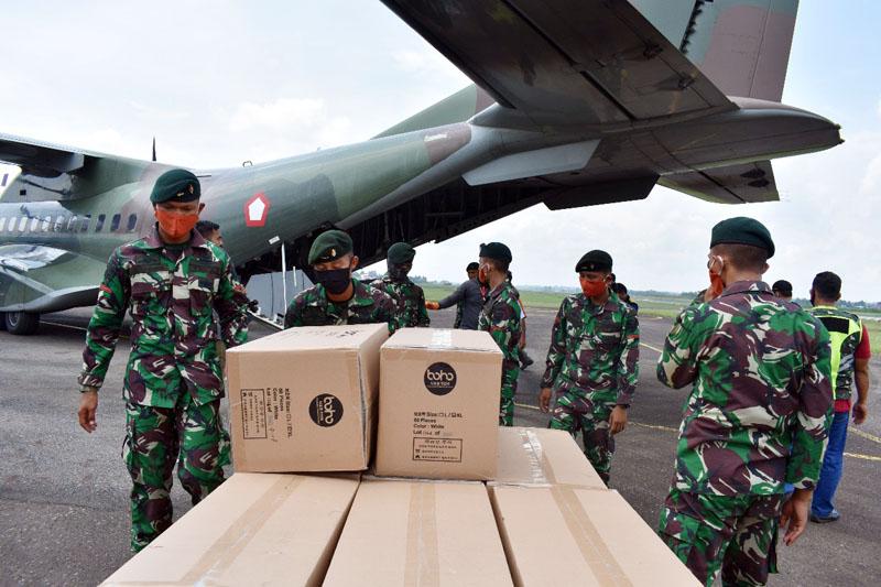 FOTO : Kasrem 042/Garuda Putih Letkol Arh Hary Sassono Utomo, SH Menyerahkan APD Kepada Dinas Kesehatan Provinsi Jambi di Terminal Bandara STS Jambi, Sabtu (18/04/20).
