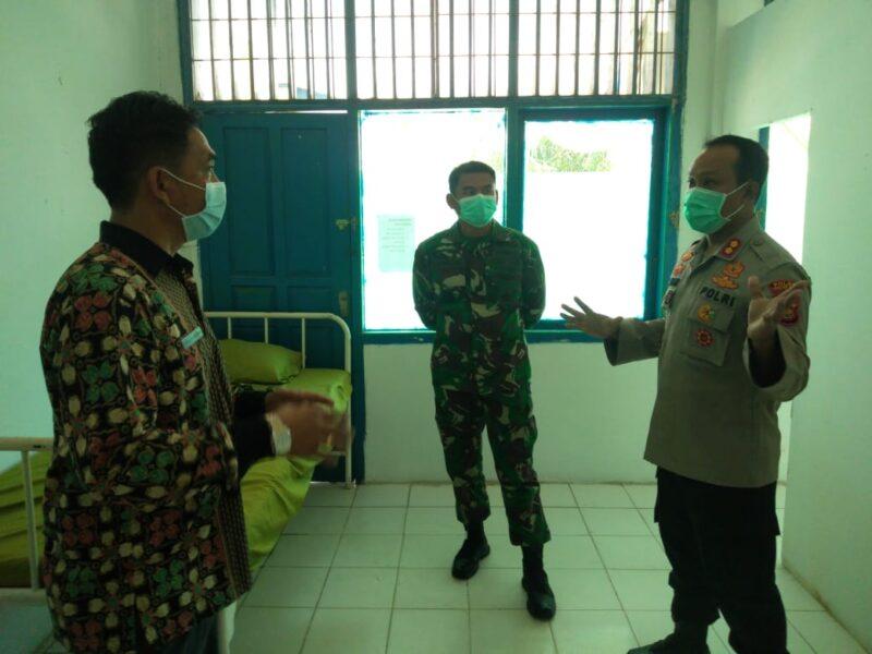 FOTO : Kapolres AKBP Guntur Saputro bersama Dandim 0419/Tanjab Letkol Inf Erwan Susanto, saat meninjau Eks Kantor Puskesmas Kuala Tungkal II, Jumat (17/04/20)