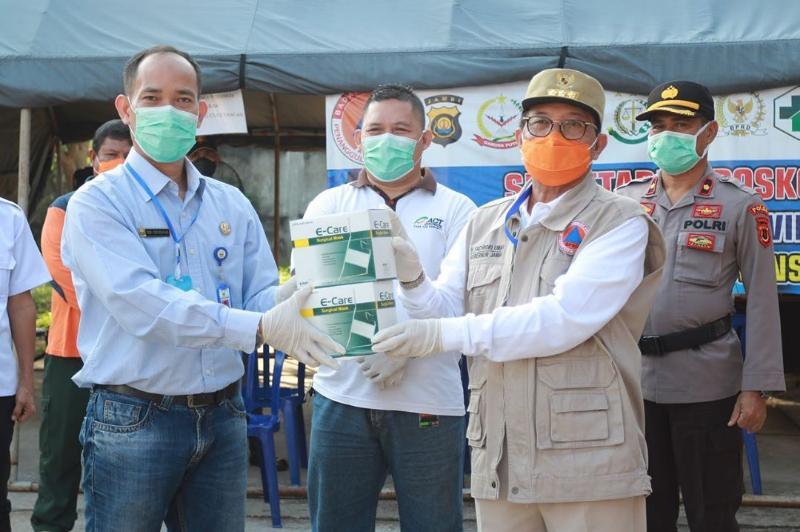FOTO : Gubernur Jambi Saat Menerima Bantuan 2.000 Masker dari ACT Provinsi Jambi di Posko Gugus Tugas Penanganan Covid-19 Provinsi Jambi, Sabtu (18/04/20)
