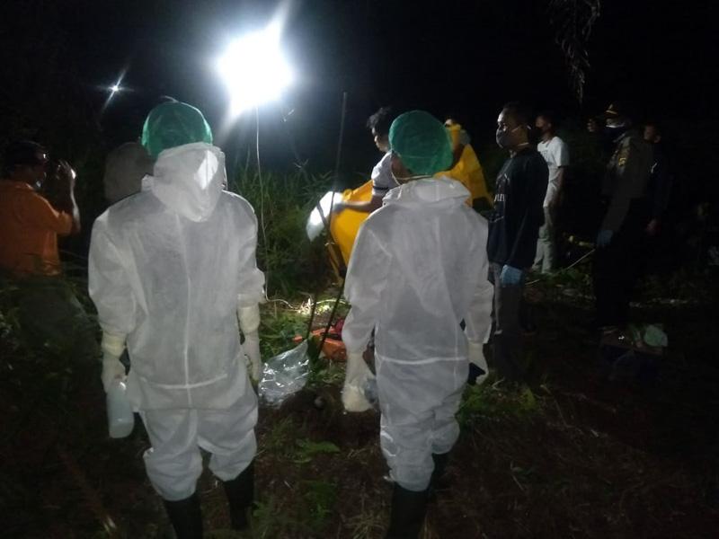 FOTO : Pegugas Melakukan Evakuasi Jasat Mayat, Senin (20/04/20) malam.