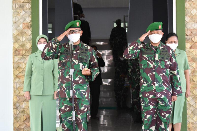 FOTO : Upacara Pnyambutan Danrem 042/Gapu Kolonel Kav M. Zulkifli, S.IP, MM beserta isteri dan Pelepasan Kolonel Arh Elphis Rudy, M.Sc, SS di Makorem 042/Gapu, Jambi, Jum'at (24/04/20)
